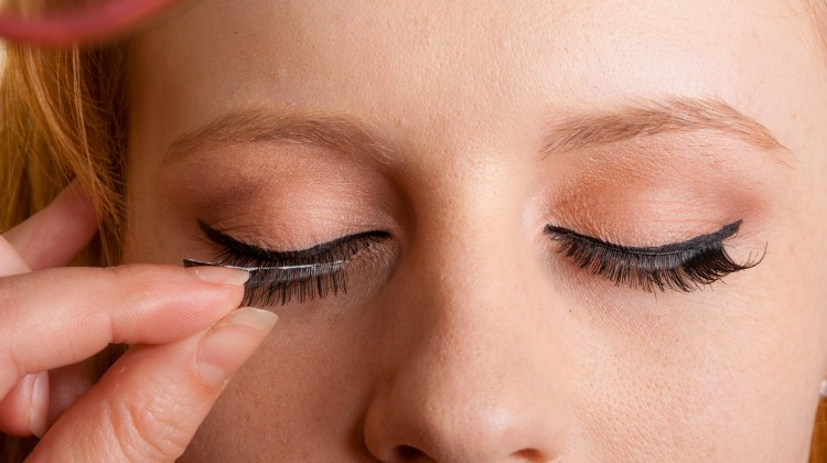 how false eyelashes can put your eyes at risk