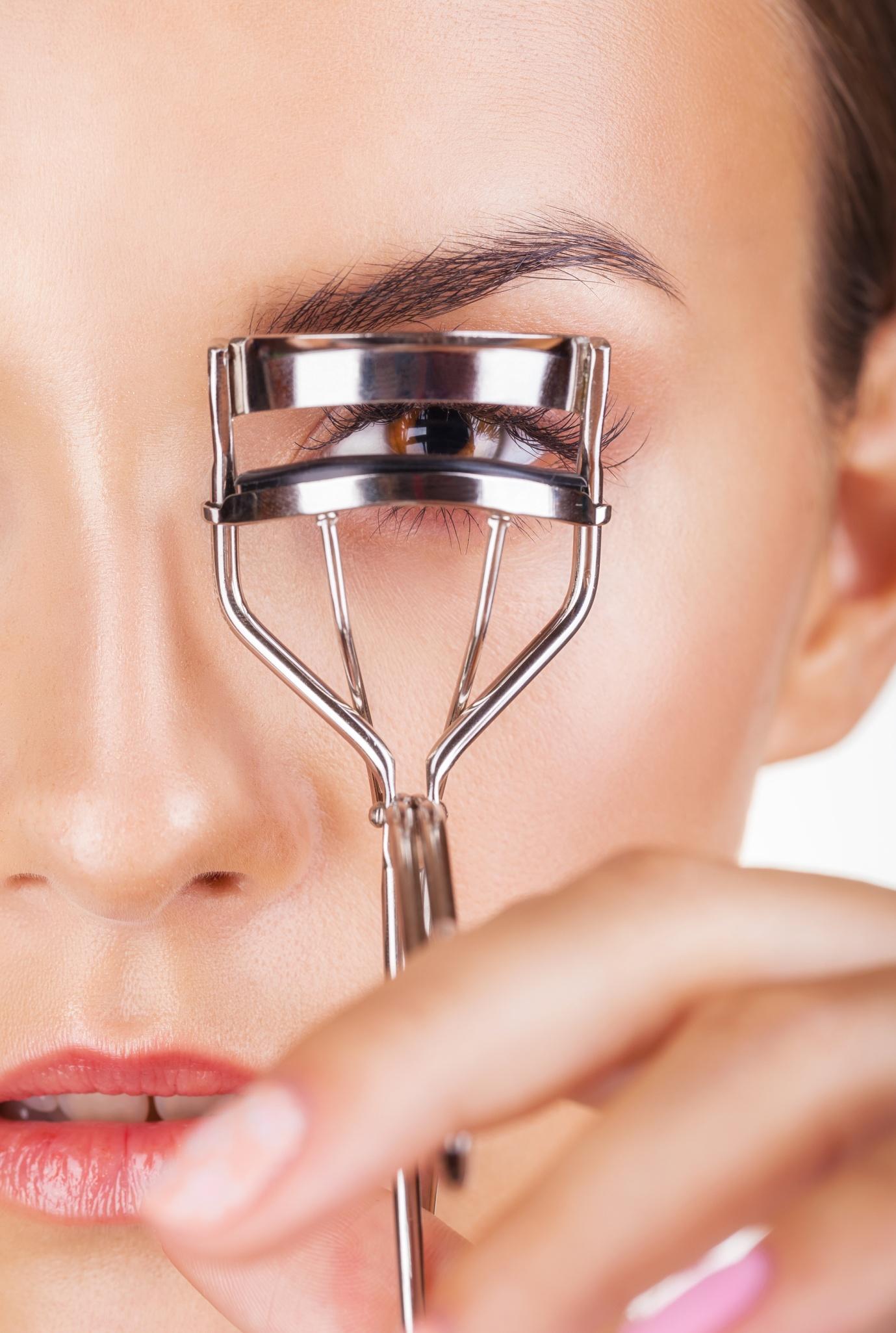 Choose the Best Eyelash Curler: Mechanical or Heated